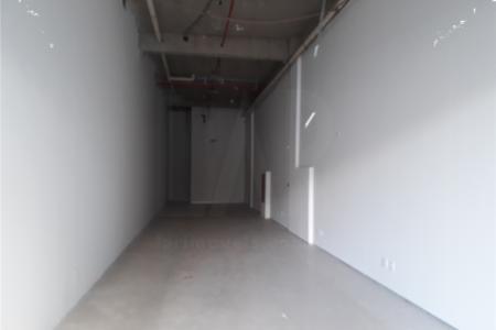 Próxima ao Pátio Savassi.  Loja: piso em porcelanato, fechamento em vidro temperado, banho com bancada em granito, piso em porcelanato, armário.