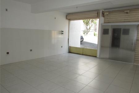 Próximo a Rua Jacuí, fácil acesso.  Loja  com aproximadamente 60m², duas portas de aço e uma porta de vidro, banho com bancada em granito, copa com bancada em granito e escritório.  Acabamento todo em cerâmica.