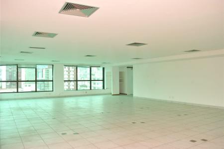 Prédio com 09 andares, hall social, 02 elevadores.  1º andar: 180m² área coberta, 200m² área externa 2º ao 8º andar: 180m² cada 09º andar: 140m² Garagem com 250m² para 12 vagas livres e 05 vagas pressas.  02 Elevadores.