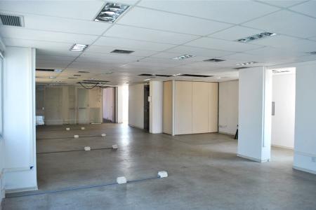13º andar:  Andar corrido, dois lados, interligados pelo hall social e elevadores.  Piso emborrachado, 04 banheiros, 02 copas, 01 sala com divisórias removíveis. Obs.: Andar com móveis desmontados.