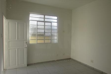 Ótimo barracão situado no Bairro Floresta , posição fundos. Fachada da casa com pintura  Imóvel constituído com sala, cozinha, área de serviço, banheiro e 02 quartos. Cômodos totalmente em cerâmica nos pisos.