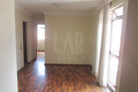 """Excelente apartamento de frente, 85m², 03 quartos sendo 01 com armário, sala em """"L"""" para 02 ambientes, banho social com armário e box blindex, cozinha com bancada em granito e armários, área de serviço fechada e banho de empregada. Piso quartos e sala em: taco. Piso área fria em: cerâmica. Prédio revestido em pintura texturizada, frente gradeada, 03 pavimentos com 02 aptos por andar, 20 anos, jardim, portão eletrônico, interfone, gás canalizado e 01 vaga de garagem. Localização: 2ª rua a esquerda da rua Grão Mogol."""