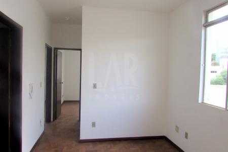 Apartamento com 60m², área privativa de 30m², 02 quartos, corredor, sala, banho social, cozinha, área de serviço e banho de empregada, 01 vaga de garagem.  Localização - Ao lado da Academia Master.    Atualizado em 28/06/2017.