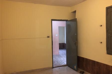 Casa com  varanda, sala, copa, 03 quartos, cozinha, banho social, área de serviço, garagem coberta, totalmente independente.  Próximo ao SENAI.