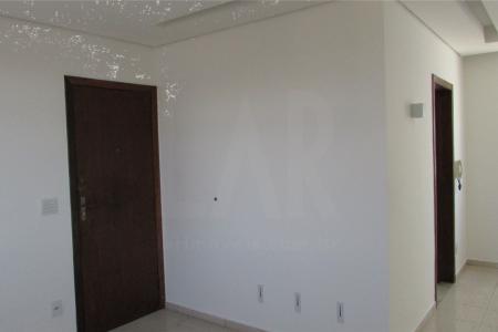 Ótimo apartamento constituído 03 quartos, 02 sala com piso em cerâmica, tetos rebaixados com iluminações direcionadas, 02 banhos azulejados com piso em cerâmica com box em blindex e armários, 01 cozinha azulejada com piso em cerâmica, armários e bancada em mármore, 01 área de serviço ampla e fechada com armários, 01 banho de empregada.   Prédio revestido em cerâmica, paredes com textura, portão eletrônico, interfone, vaga de garagem para 01 carro.   OBS: Fácil alugar outra garagem.  Localização: Quase esquina com Rua Junquilhos.