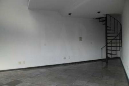 Loja com 42m², sendo 30m² de loja e 12m² de mezanino, 02 portas de aço, 01 vitrine, pé direito duplo, piso em granito na loja e em porcelanato no mezanino, 01 banho, escada em caracol, parede com textura, pintura nova, afastamento de 8m.   Localização: próximo ao Hermes Pardini e Silviano Brandão.    Atualizado em 12/12/2018.