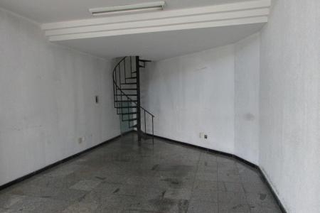 Loja com 60m², sendo 40m² de loja e 20m² de mesanino, 01 porta de aço, pé direito duplo, piso em granito na loja e porcelanato no mesanino, 01 banho, escada em caracol, paredes com textura,  Pintura nova, afastamento de 8m².  ( sem condomínio ).  Localização: próximo ao Hermes Pardini e Silviano Brandão.    Atualizado em 12/12/2018.