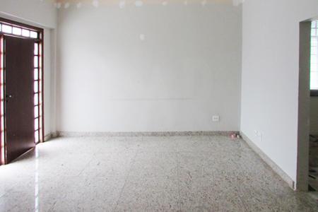 ótima casa residencial.  Casa constituída de 02 salas para 02 ambientes, sendo 01 com piso em marmorite, pequeno despejo, 03 quartos com piso em taco, sendo 02 com armários embutidos e divididos, 01 banho com piso em marmorite, azulejado, com box e banheira, 01 cozinha azulejada com armários e bancada em granito, nos fundos existe uma área para churrasco coberta, 01 banho de empregada, 01 pequena lavanderia coberta, 01 quintal cimentado.  Casa revestida com pintura látex e garagem para 02 carros. Localização: Próximo a Rua Canaã.