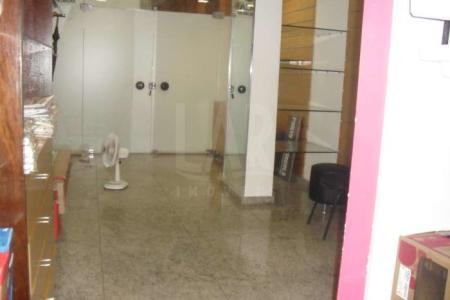 PRÉDIO: Excelente acabamento, galeria com fachada revestida em granito e detalhes em inox. Idade: 14 anos. LOJA: De 51,53m² sendo 40m² no 1° piso e 11,53m² de sobreloja com banho. É a terceira loja na entrada da galeria com porta em blindex. Venha fazer um bom negócio!