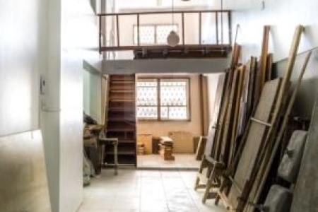 PRÉDIO: Comercial de esquina, excelente investimento. Conjunto de 04 lojas, frente de rua, próximo ao Hospital Vera Cruz, 260m² de área construída com piso em cerâmica. Idade 30 anos.