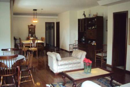 Apartamento claro, arejado e  super conservado. 04 quartos sendo 02 suítes com piso em tábua corrida e armários. 02 salas amplas com varanda. Cozinha ampla com sala de almoço. DCE com armários.   Venha fazer um bom negócio!