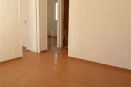 Prédio em Condomínio: 04 pavimentos sendo 04 apartamentos por andar. Interfone. 01 vaga de estacionamento. Apartamento: Sala . 02 quartos com piso em laminado em madeira. Banho social revestido até o teto em cerâmica, piso em cerâmica e armário. Cozinha conjugada com área de serviço, bancada em granito e piso em ardósia.