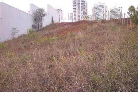 OPORTUNIDADE      LOCALIZAÇÃO NOBRE   LOTE: Com área de aproximadamente 525 m², sendo 15 metros de frente e fundos e 35 metros de lateral direita e esquerda. TOPOGRAFIA: Aclive. FORMA: Retangular. ZONEAMENTO: ZP2. APROVEITAMENTO:1