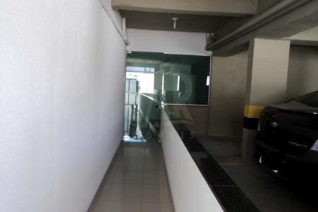 PRÉDIO: Todo revestido em cerâmica e granito, 06 pavimentos com elevador, gás canalizado individual. Idade: 00 ano.  APTO: 03 quartos sendo 01 com varanda e 01 com suíte com piso em porcelanato. Cozinha e banheiro com bancada em granito, janelas com vidros temperados verde e área de serviço. Área privativa de 76m² coberta e churrasqueira.