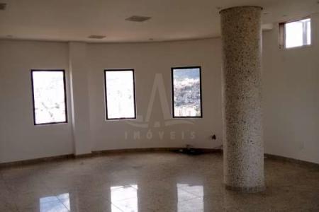 Prédio: Revestido em granito e cerâmica, portaria, hall, elevador, 08 vagas de garagem, excelente localização. Conjunto com 10 salas e piso em granito, 10 banhos com piso em granito.  Venha fazer um bom negócio!