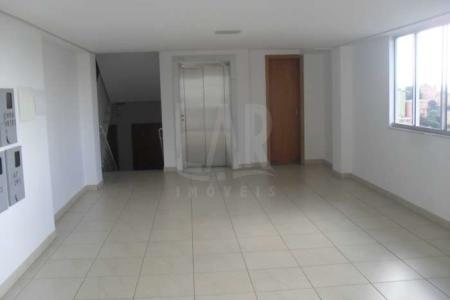 Prédio: Revestido em cerâmica, 01 elevador. Apartamento: Sala com piso em porcelanato, cozinha tipo americana com bancada em granito, piso em cerâmica, área de serviço. 02 quartos sendo 01 suíte com piso laminado. Banheiro social e suíte com piso em cerâmica e bancada em mármore. Área externa descoberta com piso em cerâmica.  Área interna: 63 m² (aproximadamente) Área externa: 65,35 m² (aproximadamente)   Venha fazer um bom negócio!!!