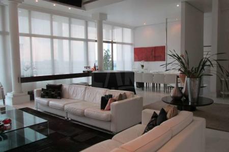 Venha fazer um bom negócio! Casa com arquitetura contemporânea. Lote declive: 620m².  Area construída: 1.002m². Declive. Pequeno recuo. Jardim frontal. Piscina com cascata artificial, espaço gourmet. Elevador panorâmico que atende todos os níveis da casa. Vista 190°. 5 vagas de garagem sendo 3 vagas cobertas. 1º nível: Salão amplo para vários ambientes com rebaixamento de teto em gesso, projeto luminotécnico e sonorização, cortina de vidro e piso em mármore. Lavabo. 1 sala para home theater com painel em madeira. Varanda ampla. Cozinha com coifa, bancada em granito, armários e piso em porcelanato. 2º nível: 4 quartos (suítes) com armários, varanda, closet sendo 1 suíte master com hidro. Rouparia no corredor. Subsolo: 1 salão de jogos com rebaixamento de teto em gesso, projeto luminotécnico. Espaço gourmet com fogão cooktop, bancada em granito e piso em porcelanato, adega. Lavabo. Lavanderia. Garagem. Solo: Área de lazer e salão de festas.