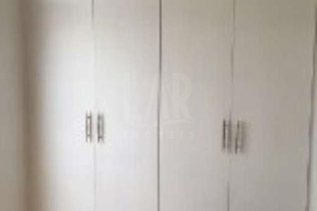 Sala em mármore branco, gesso e iluminação embutida, escada em mármore, lavabo em mármore e pastilha, sala jantar em mármore, suíte, tacão claro com armários, varanda, banho em mármore branco com armários, teto rebaixado. 2º quarto com armários novos, cozinha com piso e bancada em granito preto, fogão e suggar, armários novos. Área de serviço em granito e DCE.  2º nível - Com piso em granito, quarto de casal com closet, varanda com jardim. Espaço para churrasqueira e convívio montado. Venha fazer um bom negócio!