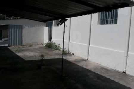 Oportunidade!! Excelente lote de 395m². Constituído por uma casa antiga para reformar. Casa com sala, 03 quartos, cozinha e banho.