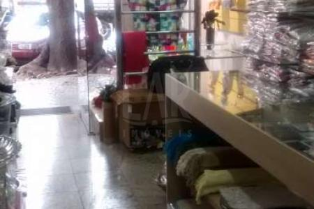 Loja de Frente para Rua. Piso em Granito, banho, pequeno escritório, um trocador, prateleiras.