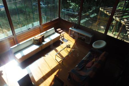 Lote com área de 3.600 m², com 254 m² de área construída, estilo colonial construída com madeira Diamond house, 02 vagas cobertas, churrasqueira, jardim e jacuzzi. 1º nível: salão para 02 ambientes, piso em tábua corrida, cozinha americana, bancada em granito, piso em porcelanato, lavabo, sala de estar íntimo, 02 quartos com piso em porcelanato, 01 banheiro e uma ampla suíte, lavandeira. 2º nível: uma sala  com piso em tábua corrida, 01 ampla suíte com closet.
