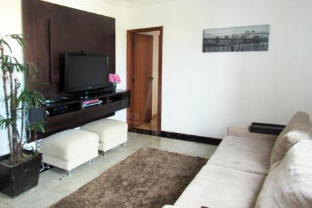 Apartamento: Sala para 02 ambientes com piso de granito, excelente acabamento, esquadria de alumínio, cozinha montada com piso e bancada em granito, 03 quartos, sendo 01 suíte, armários nos quartos e banheiros.