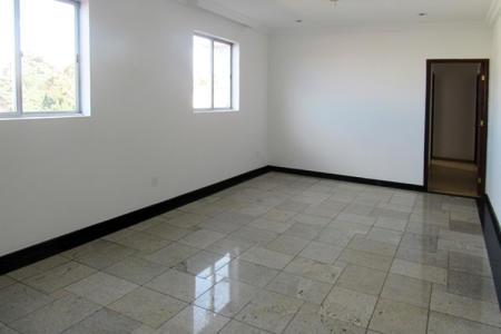 Apartamento: 03 quartos com armários, 01 suíte, sala para 02 ambientes em granito, excelente acabamento, esquadrias de alumínio, cozinha montada com armários, bancada em granito, piso em cerâmica.  Venha fazer um bom negócio!!!