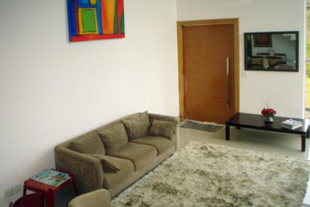 Casa em condomínio fechado com excelente acabamento, linda vista, sendo 03 quartos, 01 suíte, ampla sala para 02 ambientes, lavabo, todos os quartos com armários, banho com piso em porcelanato, bancada em granito, cozinha toda montada, piso e bancada em granito.