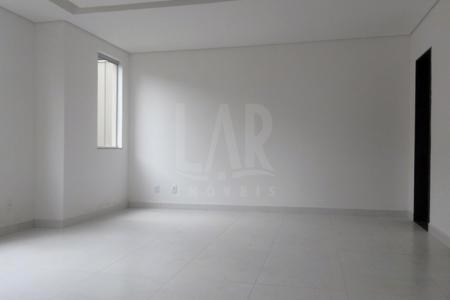1º Nível: Sala para 02 ambientes com piso em porcelanato. Lavabo. Cozinha ampla. Área externa gramada com 80m². 2º Nível: 03 quartos sendo 01 suíte com closet, pisos em porcelanato. Banho social.  Venha fazer um bom negócio!