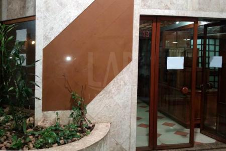 Excelente localização, próximo à Praça da Savassi. Loja comercial com 36,21m², vaga de garagem nº 58 no 2º pavimento, banheiro e mezanino.