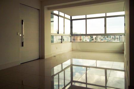 Excelente localização e metragem do imóvel Próximo a Av. Prof. Mário Werneck, local tranquilo e fácil de estacionar. Prédio 100% revestido em cerâmica, recuado, jardim, cerca elétrica, portão elétrico, elevador, salão de festas, espaço gourmet, sauna, água e gás individuais e 03 vagas de garagem cobertas e demarcadas (15, 16 e 17). Apto: Sala para 02 ambientes com piso em porcelanato. 03 quartos com piso em laminado de madeira, sendo 02 com armários. Suíte e banho social com piso e bancada em granito. Cozinha com piso e bancada em granito. DCE com piso em cerâmica.