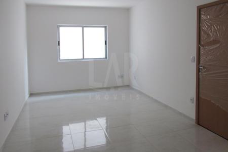 Prédio: Todo revestido, 01 vaga de garagem, CFTV. Apartamento: Sala para 02 ambientes. 03 Quartos com piso em laminado sendo 01 suíte.  Banho social com piso em cerâmica e bancada em granito. Cozinha ampla e planejada com piso em cerâmica e bancada em granito. Área de serviço. Área privativa com ótima circulação de ar.  Venha fazer um bom negócio!