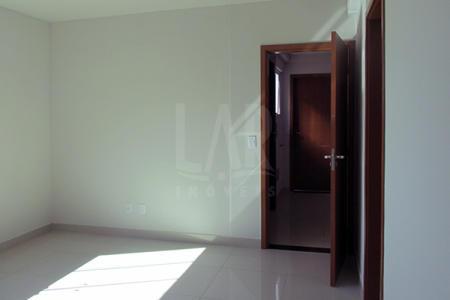 ÓTIMO APARTAMENTO! PRONTO PARA MORAR Prédio: Fachada revestida em cerâmica, portão eletrônico, interfone, gás individualizado, elevador,2 vagas de garagem cobertas sob pilotis.   1º Nível: Sala para 2 ambientes piso em porcelanato. 03 quartos com piso em laminado sendo 01 suíte com piso em porcelanato e bancada em granito, banho social com piso em porcelanato e bancada em granito, cozinha com piso em porcelanato e bancada em granito, paredes revestidas em cerâmica, área de serviço arejada. 2º Nível: Terraço com aproximadamente 120m², banho com piso em cerâmica e bancada em granito.