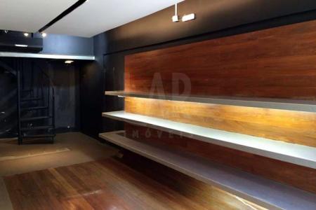 Excelente Localização: Loja com aproximadamente 80m² sendo 40m² de área privativa mais 40m² de mezanino, acabamento personalizado, ar condicionado, 01 banheiro.