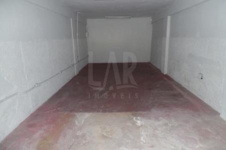 Boa localização. Loja de frente para rua com portas de aço aproximadamente 80M² sendo o 1º piso com 40M² com amplo salão com piso em cerâmica e subsolo com mais 40M² com piso em concreto. 1 banho.