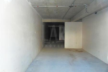 Prédio Comercial Arquitetura contemporânea, portaria 24 horas, hall decorado, 02 elevadores. Loja de frente para a Rua com área de aproximadamente 150 m² 01 banho.  Acabamento: Piso em concreto nível zero