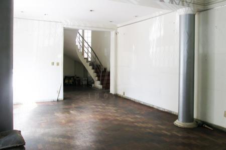 Excelente localização. Casa comercial com recuo. 2 pavimentos. Lote: 217M²  Área construída: 251M²  Zoneamento: ZCBH.1 vaga de garagem. 1° Nível: 2 Salas amplas para 3 ambientes com piso em taco. Área externa privativa com banho. 2º Nível: 3 quartos com piso em taco. banho social.