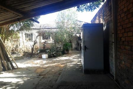 Grande oportunidade Lote/casa para investidor ou construtor Lote / Casa: área total de 396m² composto de 3 lojas de ruas alugadas da seguinte forma: 1 loja de +ou - de 20m² no valor de R$ 600,00. 1 kitinete de 40m² por  R$ 300,00. Uma loja de + ou - 90m²  alugada por R$ 950,00. Dentro do lote casa de 90m² vazia precisando de reforma, uma antena da GVT alugada por R$ 600,00. Lote excelente para construtor ou investidor, plano e murado.