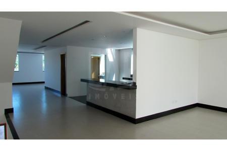 Cod: 15098  Excelente casa de dois pavimentos em um acabamento, construído em lote de 400m².  Casa: 1º Pavimento: Ampla sala de visitas para dois ambientes, sala de jantar com piso em porcelanato, teto rebaixado com projeto de iluminação. Lavabo. Cozinha ampla em estilo americana, bancada em granito e piso em porcelanato. Lavanderia toda em cerâmica e um belo quintal. 2º Pavimento: 04 Quartos distribuídos desta forma sendo 02 suítes com piso em porcelanato com bancada em granito e 02 semi suítes com piso em porcerlanato. Sacada ampla. Vaga de garagem para 06 carros sob pilotis.