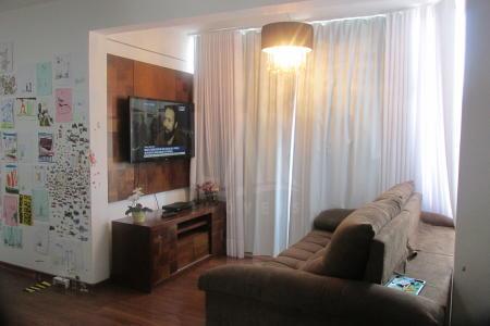 Excelente Apartamento 03 Quartos / 3 Vagas / Lazer Pronto Linhas de Ônibus / Fácil Acesso / Comércio Prédio recuado, revestido em cerâmica e textura, portaria 24h, lazer com salão de festas, piscina, churrasqueira, área livre, quadra de esportes e 3 vagas, sendo 01 livre e 02 em linha 63, 91 e 92. Apartamento: Sala para 2 ambientes com piso em laminado de madeira. 3 quartos com armários e piso em laminado, sendo 01 quarto com varanda integrada. Banho social e suíte com piso em cerâmica, armários, bancada em granito e box em vidro temperado. Cozinha com armários planejados, piso em cerâmica e bancada em granito. Área de serviço com piso em cerâmica.  Esquadrias de alumínio.