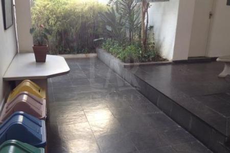 Excelente casa comercial próximo ao colégio Dom Silvério no Pátio Savassi Lote: Zoneamento ZA-1.4, área 366m², frente 12m², fundos 12m², laterais 30,5m², plano. 1º andar: Recepção, 06 amplas salas com piso em taco, ampla cantina e 04 banhos. 2º andar: 05 amplas salas com piso em taco, varanda e 01 banho.