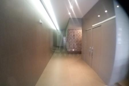 Excelente localização! Prédio todo  revestido em granito e vidro fumê. Portaria com dois elevadores, 6 vagas de garagem. Andar corrido com 280 m2 , excelente acabamento! São 4 salas com piso em porcelanato, portas em vidros , 6 banheiros.
