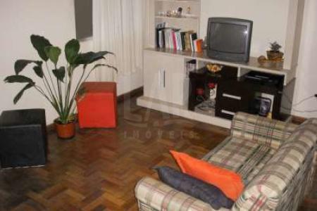 """Venha fazer um bom negócio! **PRÉDIO REFORMADO COM HABITE-SE, RUA TRANQUILA E DE FÁCIL ACESSO** PRÉDIO - recuado, jardim, em pintura texturizada, 01 vaga de garagem coberta e livre, sistema de alarme.  APARTAMENTO - sala para 02 ambientes com piso em taco e varanda. Segunda sala com piso em laminado. 03 quartos com piso em taco e armários. Banho social com bancada em mármore, armários e piso em granito. Suíte com bancada em granito, box em blindex e piso em cerâmica. Cozinha com armários, bancada em granito e piso em cerâmica. Área externa em """"L"""", banho e lavanderia com piso em cerâmica."""