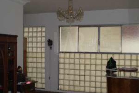 Prédio: Revestido em pastilhas, 08 pavimentos, 01 apartamento por andar, portaria 24 horas, 01 vaga de garagem no sistema de manobrista.  Apto: Todo reformado. Representativo e charmoso numa localização privilegiada. Pé-direito duplo e salas espaçosas e arejadas, sancas douradas e janelas amplas. O apto mostra a elegância dos anos 50 com toda a modernidade contemporânea. Sala para 02 ambientes com piso em taco possui 60 m2. Ao lado uma charmosa sala de jantar com piso em taco. Os 04 quartos de tamanho entre 24 e 50 m2 estão equipados com armários amplos de madeira nobre, como também piso em taco. O banheiro social evoca a década de 50, com vaso e pia em rosa/preto, banheira e box com portas de vidro bisotado. Mas o que realmente enche os olhos é a cozinha/copa impressionante, com piso xadrez em porcelanato, paredes azulejadas com cerâmica da cozinha original, bancada em granito preto absoluto e armários planejados em branco-vermelho, inspirado também na década de 50. Lavabo com piso em mármore. Suíte com box, espelhos, armários, piso e paredes em cerâmica. Área de serviço e DCE.  A raridade deste apto apresenta-se numa área privativa de aproximadamente 50m2 com lavanderia.