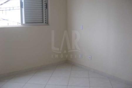 PRÉDIO: Recuado, 100% revestido em cerâmica, portão eletrônico, 02 vagas de garagem. APTO: Sala com piso em porcelanato. 03 quartos com piso em porcelanato, sendo 01 com varanda. Banho social suíte com bancada em granito e piso em porcelanato. Cozinha com bancada em granito e piso em porcelanato. Área de serviço com piso em porcelanato.  2°NÍVEL: Sala com piso em porcelanato. Área livre com pia e churrasqueira.  Venha fazer um bom negócio!