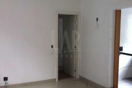 PRÉDIO: Fachada revestida em eco granito, portão eletrônico, interfone, hall social decorado e com piso em granito, 01 elevador, 02 vagas de garagem em linha. 1°NÍVEL: 01 sala com piso em porcelanato. Varanda. 03 quartos com piso em laminado, sendo 01 suíte com varanda. Banho social e suíte com piso em porcelanato e bancada em granito. Cozinha com piso em porcelanato e bancada em granito. Área de serviço.  2°NÍVEL: 01 sala com piso em porcelanato. Terraço descoberto.
