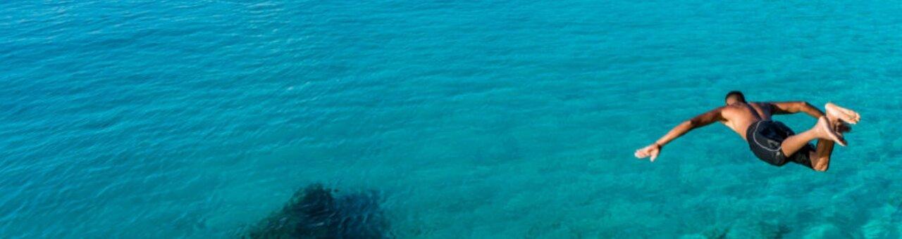 Hombre se lanza al mar