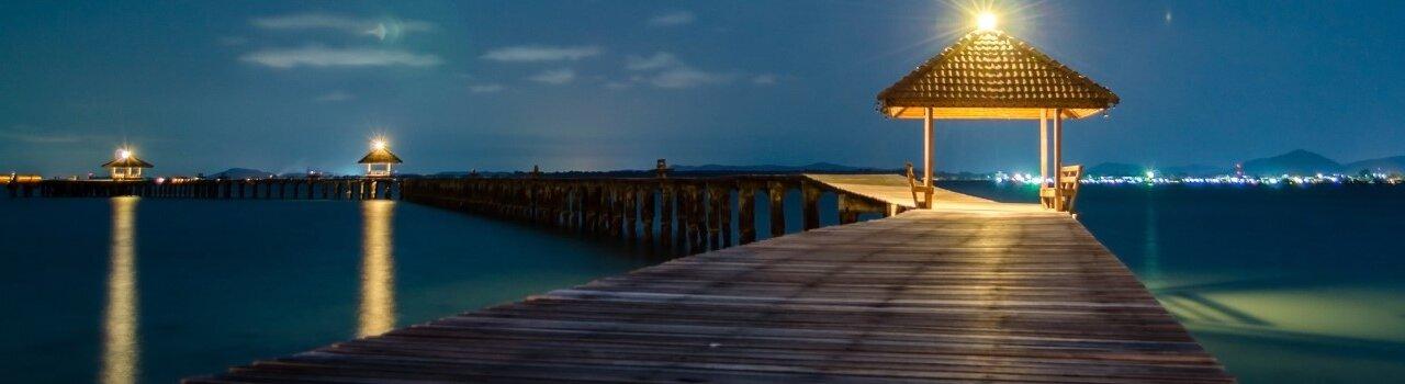 Estrada de madeira junto ao mar
