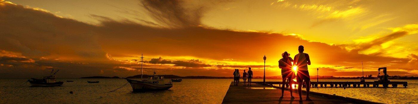 Una pareja mira la puesta de sol