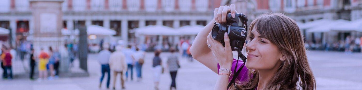 Mujer saca fotografía con cámara